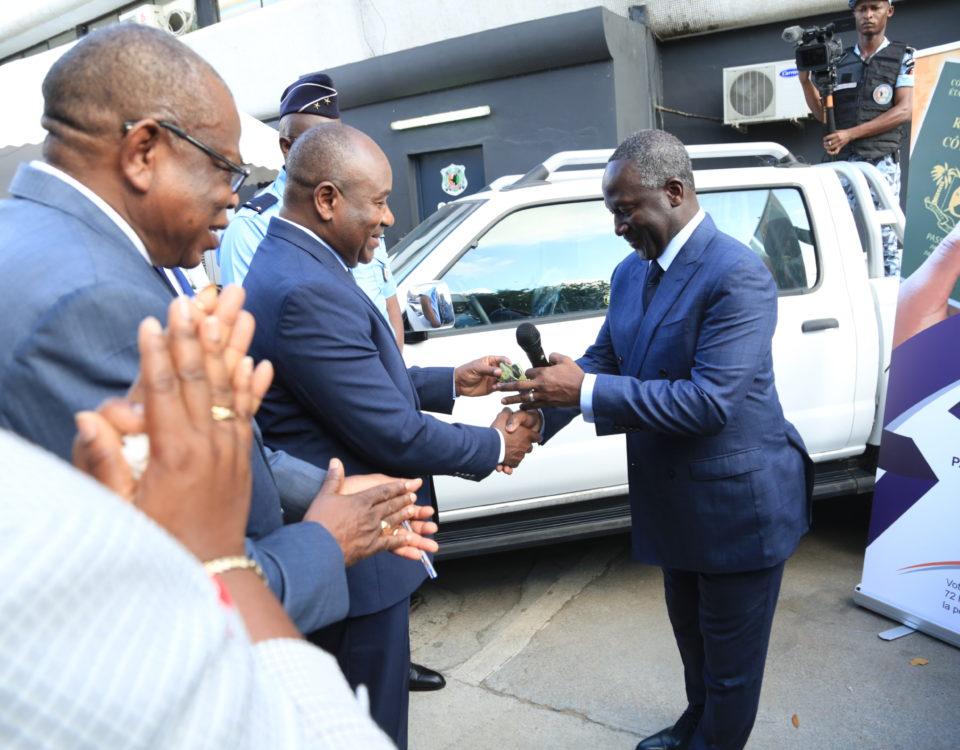 Cérémonie de remise de 10 véhicules Pick Up neufs à la police nationale